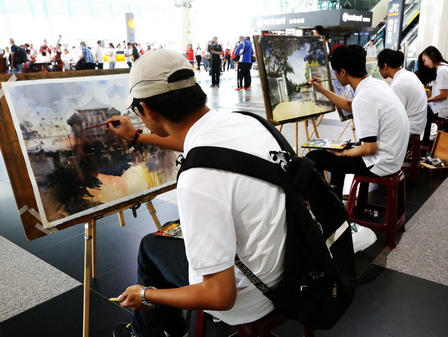 In the flash mob event held by NCYU, the students of the Department of Visual Arts sketched and painted watercolors at the hall of the High Speed Rail Chiayi Station, hoping to capture the hundred years' glory by describing the earlier days of Kagi Agricultural and Forestry School and Taiwan Provincial Chiayi Junior Teachers College.
