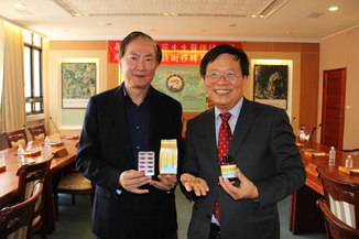 NCYU President Chiou(right) and Zhang Yong-Lin, chairman of Hong Zhuang. display research and development products
