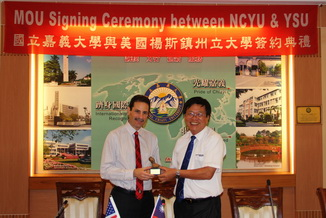 NCYU President Chiou Yi-Yuan(right) and Martin Abraham President contracting