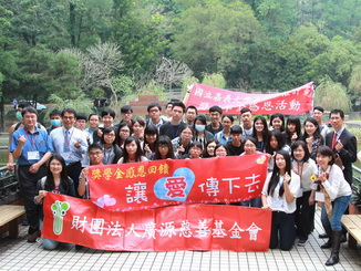 A group photo of Guang Yuan CEO Song Mei-Fen (second from left in the back row) and the participating teachers and students