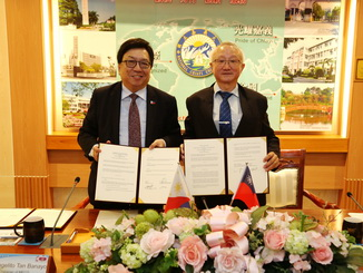 A group photo was taken after NCYU President Chyung Ay (first from right) signed an MOU with Angelito Tan Banayo, Chair of MECO in Taiwan (first from left).