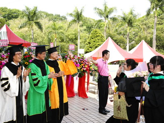 NCYU President Chyung Ay (middle) received the graduates at the entrance to the venue.