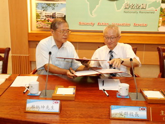 NCYU President Chyung Ay and Mr. Cai signed the agreement on the scholarship donation.