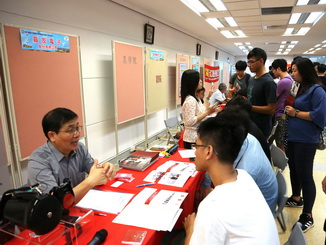 The electronic companies attracted students from the related departments to learn more about the job opportunities.