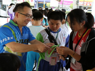 Prof. Pan Hung-Yu, Department of Applied Mathematics Assistant, NCYU, offered guidance to young students at the checkpoint game.