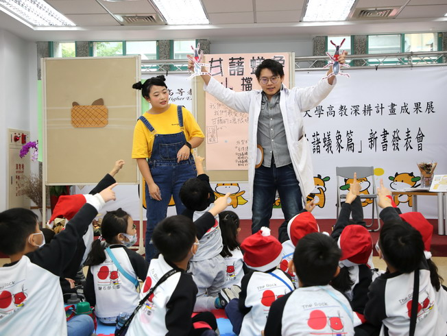 Zhou Yi-An (left) and Huang Hong-Yi (right), both students of the Department of Early Childhood Education, NCYU, introduced the pupils to the sweet potato weevil through storytelling.