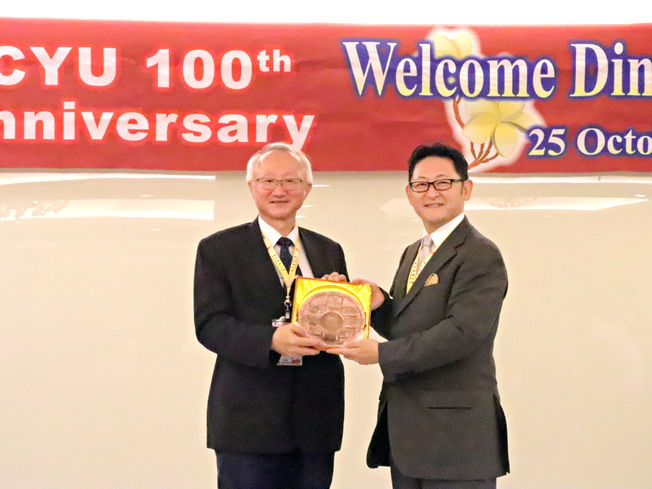 President Chyung Ay (left) presented souvenirs to Kiyohide Umemura (right), Chancellor Chairman of Chukyo University, Japan.
