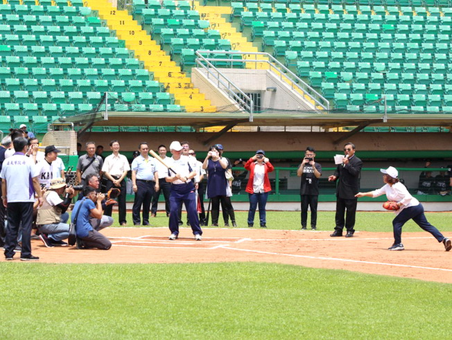 Chiayi Mayor Huang Ming-Hui attended as the first-pitch thrower, NCYU President Chyung Ay as the hitter, Chukyo University Prof. Taki Tsuyoshi as the catcher, and NCYU National Alumni Association Honorary President Chai Wu-Zhang as the umpire-in-chief.