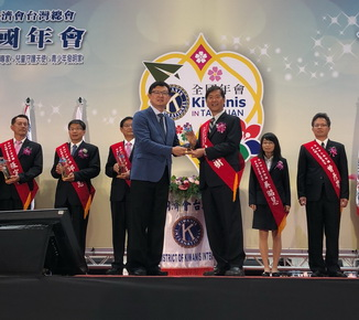 A glaze trophy was handed by Tuey-Chih Lee, Vice Chairman of the Agency of Science and Technology, Council of Agriculture.