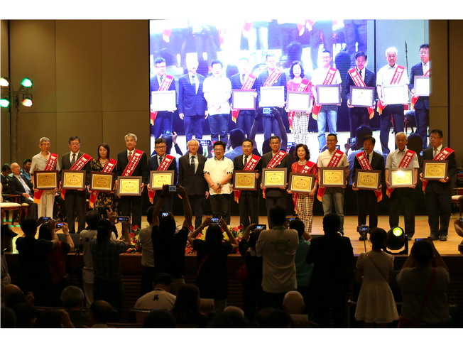 A group photo of NCYU President Chyung Ay and winners of the Distinguished Alumni Award
