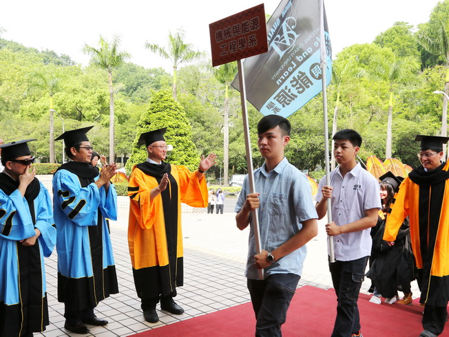NCYU President Chyung Ay (third from left) and top supervisors stood at the entrance of the venue, welcoming the graduates in.