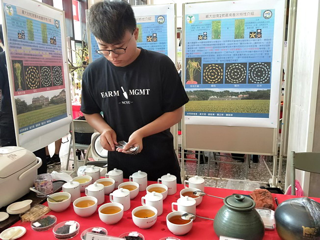Cai Zhe-Ting, a junior student of the Professional Bachelor Program of Farm Management, demonstrated the art of tea brewing.