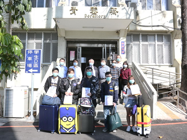 A group photo of NCYU President Chyung Ay, staff, and the students from Hong Kong and Macau who have completed the quarantine.