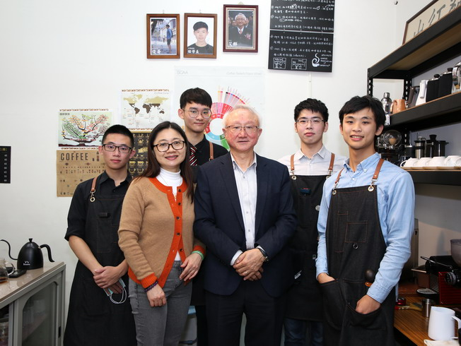 A group photo of President Chyung Ay and members of the Coffee Research Club