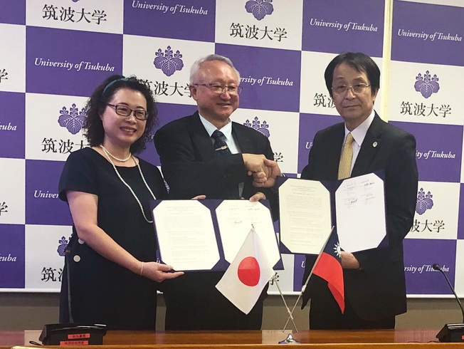 NCYU President Chyung Ay (middle) and Teachers College Dean Huang Yue-Chun signed an MOU with University of Tsukuba President Kyosuke Nagata (right).
