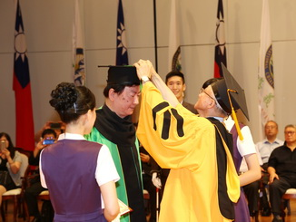 Mr. Zhang Yong-Lin was awarded the Honorary Doctor's Degree of Education at the graduation ceremony, during which NCYU President Chyung Ay moved the tassel on his caps.