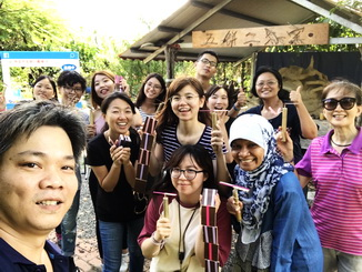 The students of the NCYU Department of Foreign Languages practiced making the traditional toy – bamboo dragonflies.