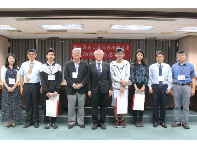 Chairman Tsai shared his experience and presented souvenirs to the students.