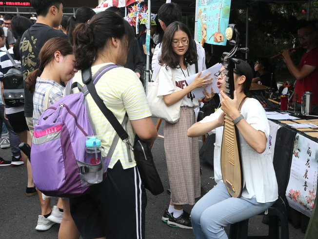 Various student clubs did their best to recruit new members among the freshmen at the NCYU Student Club Exhibition.