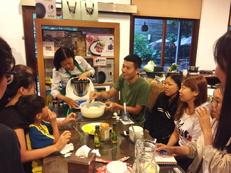 Photo 5. The students of the NCYU Department of Foreign Languages learned the tips to prepare the traditional Taiwanese delicacy – scallion pancakes