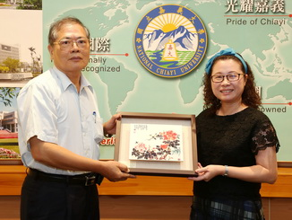 Huang Yue-Chun, Dean of the Teachers College, NCYU, presented  a  souvenir to the donor, Mr. Cai.