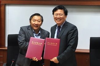 The NCYU President Chiou Yi-Yuan(right)to sign an academic cooperation agreement with Dr. Thock Kiah Wah, President of Southern University College