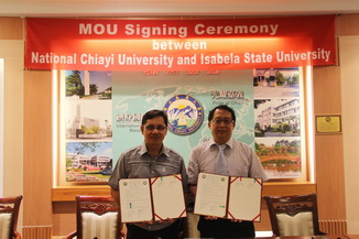 Chu Chi-Shih, Dean of the College of Life Sciences(right) and President Ricmar P. Aquino sign a memorandum of academic cooperation and an academic exchange agreement