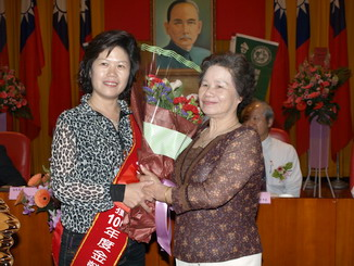 Xu Mei-Qi, chief of Puli Water Bamboo Shoot Farm, received the bouquet by her monther .