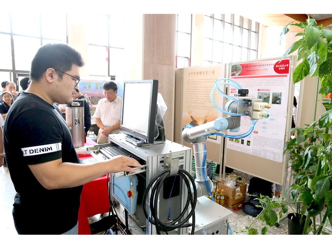 Fu Guan-Han, a graduate student of the Department of Biomechatronic Engineering, demonstrated how to precisely spray pesticides with the Sweet Pepper Plant Protection Robot.
