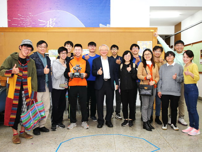 A group photo of NCYU President Chyung Ay, Dean of Academic Affairs Gu Guo-Long, Dean of Student Affairs Lin Yun-Wei, and members of the Student Think Tank