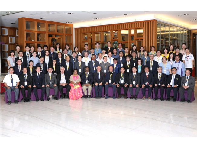 NCYU President Chyung Ay (middle) and administrative supervisors had a group photo with representatives of the sister schools and alumni from around the globe.