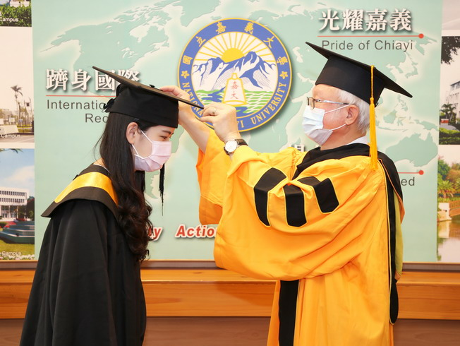 President Chyung Ay moved the tassel of Gu Jia-Wei (left), who represented the recent graduates, to the left.