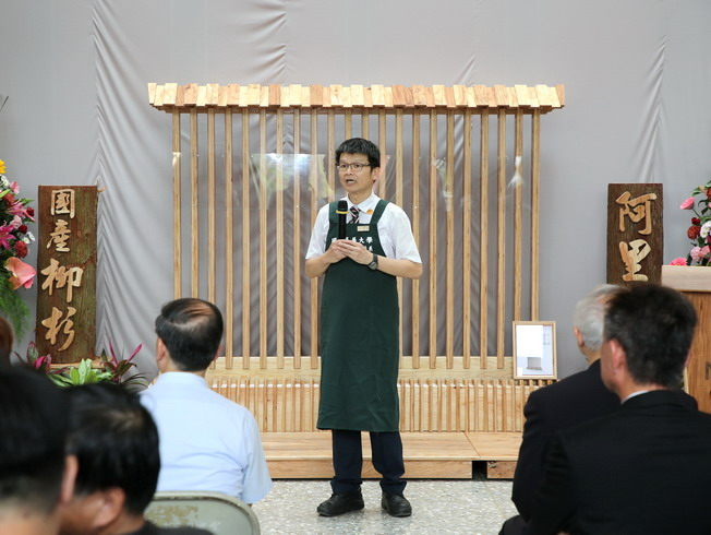 Lin Han-Chien, Dean of the NCYU College of Agriculture, introduced the processing and utilization of laminated veneer lumber of domestic cedar in Taiwan.