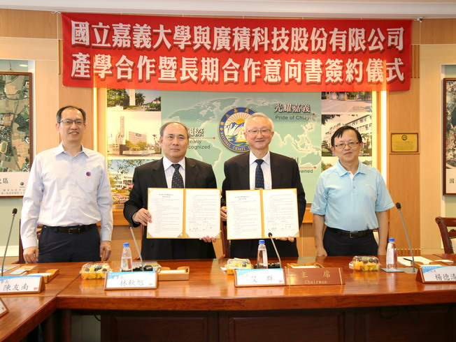 NCYU President Chyung Ay (second from right) and iBase Technology Inc. Chairman Lin Chiu-Hsu (second from left) signed an academic-industrial cooperation contract.