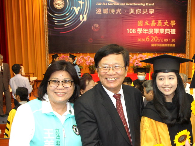 A group photo of Chiayi City Legislator Wang Mei-Hui (left), NCYU Former President Chiou Yi-Yuan (middle), and the recent graduate Dr. Chen Yi-Chen (right).