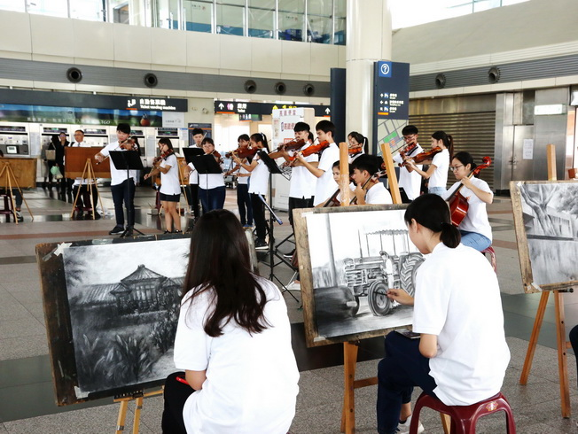 A total of twenty students of the NCYU Lantan Strings Orchestra joined the flash mob performance in turn.