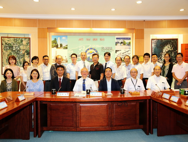 NCYU President Chyung Ay (middle in the front row) and supervisors had a group photo with COA Chairperson Chen Chi-Chung (third from left in the front row) and experts and scholars at home and abroad.