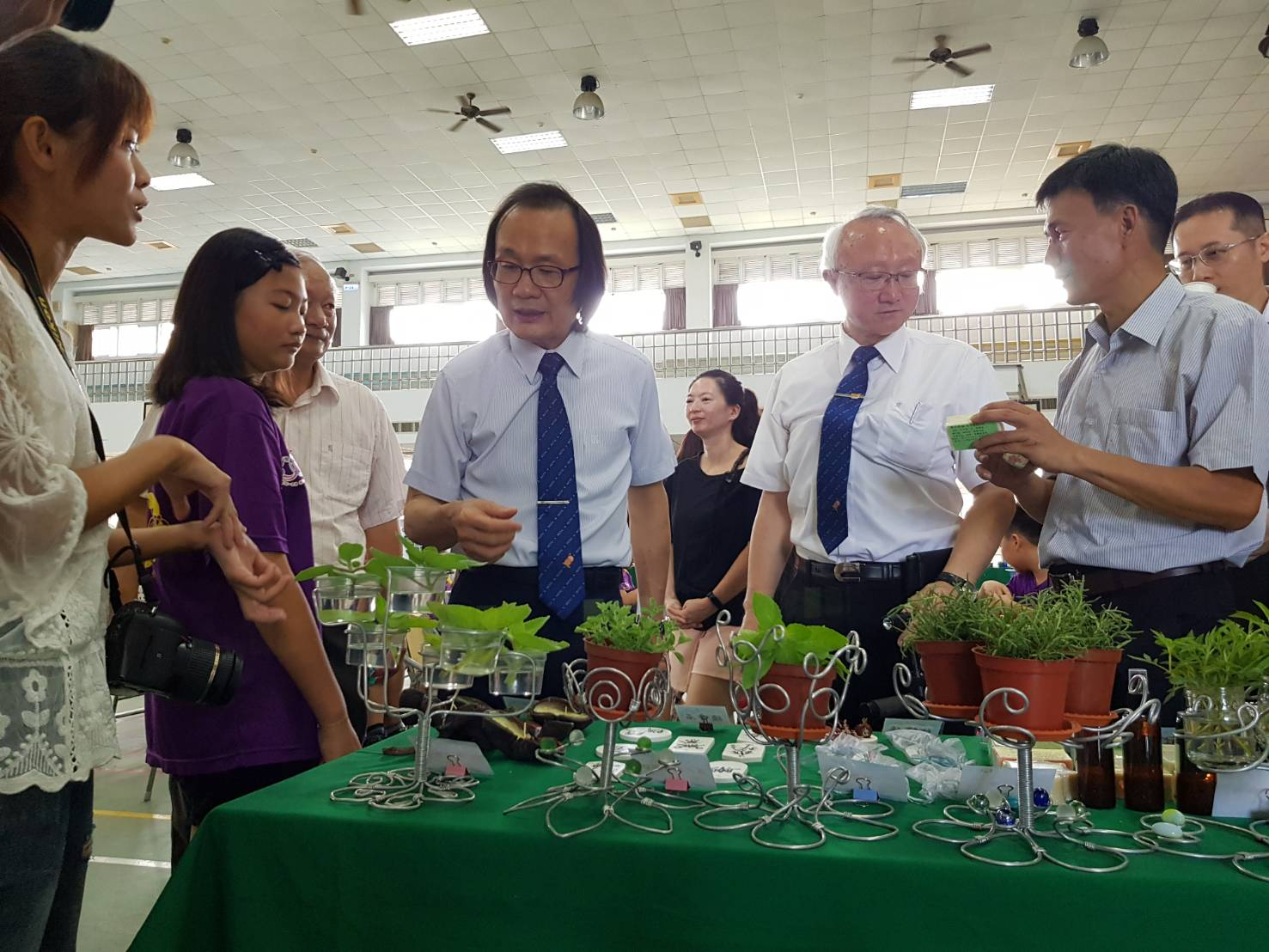 Teachers of Tung-Shih Elementary School explained on the herb planting and application results.