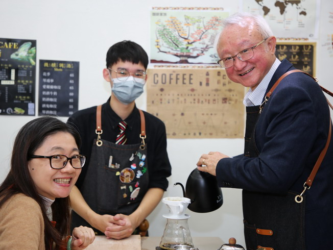 President Chyung Ay made drip coffee for his wife to taste.