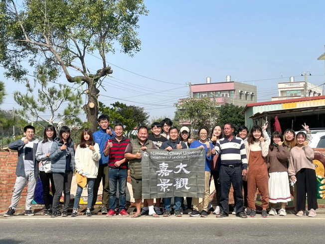 A group photo of the teachers and students of the Department of Landscape Architecture, NCYU, and residents of the Yuemei Community.