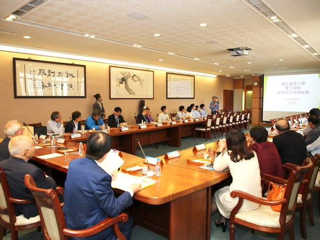 NCYU teachers briefed the honored guests of the Nam Liong Group on their academic-industrial cooperation achievements.