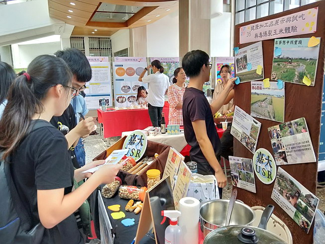 """Free tasting samples of eco-friendly, non-toxic """"USR"""" popcorn developed by NCYU"""