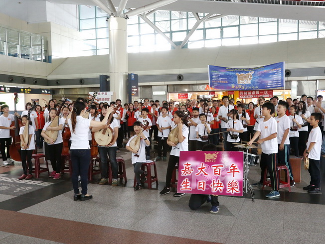 In the melodious music, around a hundred people gave performances to wish a happy birthday to NCYU.